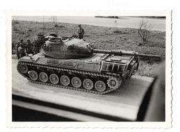 PHOTO ANCIENNE NOIR ET BLANC / CHAR DE COMBAT A IDENTIFIER A L' ARRET / MILITAIRE / SOLDAT - Guerre, Militaire