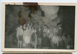 Homme Femme Groupe Tourisme Grotte Accident Tache Surreal Surrealisme - Personnes Anonymes