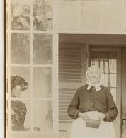 Femme  Jeune Vieille Woman Elegance Paysanne Servante Sepia XIX 1900 Fenetre Window Strange Surreal Surrealisme - Personnes Anonymes