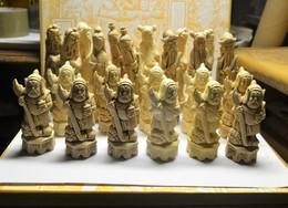 23 Personages Asiatiques  En Platre Je Crois Retrouve Dans Une Cave - Art Asiatique