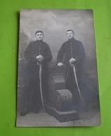 Carte Photo Militaire: 2 Militaires En Pied Appuyés Sur Leur Sabre; 5ème Régiment D'artillerie; Photo Hoop Besançon - Characters