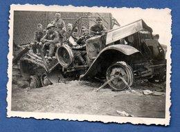 Photo  -  Soldats Allemands Dans Véhicule Détruit -- ( Petit Format ) - War 1939-45