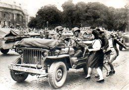 Guerre 39 45 : Jeep à La Libération De Paris En Août 1944 - Matériel