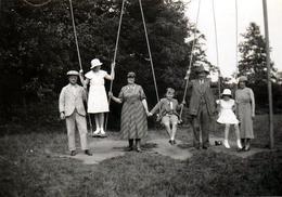 Photo Originale D'une Réunion De Famille Autour Des Balançoires Géantes Vers 1930 - Personnes Anonymes