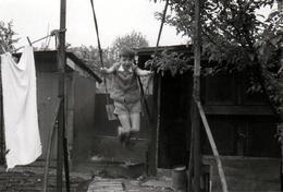 Photo Originale Enfant Sur Balançoire Improvisée En Plein élan, Entre Linge Qui Sèche Et Clapiers De Lapin - Personnes Anonymes