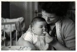 Photo Originale Repas Difficile Pour Un Bébé Qui N'aime Pas La Bouillie De Maman Et Maman Qui Le Force En 1960 - Personas Anónimos