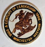 écusson Vintage Rare Brodé Winchester Western A Century Of Leadership 1866 1966 Arme à Feu Gun - Ecussons Tissu