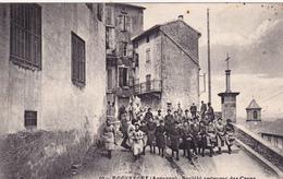 CPA Animée (12) ROQUEFORT Ouvrières Sortant Des Caves De La Rue Métier (2 Scans) - Roquefort