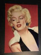 19890) MARILYN MONROE OON VESTITO NERO E BIANCO CARTOLINA PUBBLICITARIA FILM - Donne Celebri