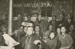 Cafe Restaurant Ambiance Groupe Homme Man Enfant Ouvrier Bouteille Alcool à L'envers Table Bistrot 30s Humanité Bar - Personnes Anonymes
