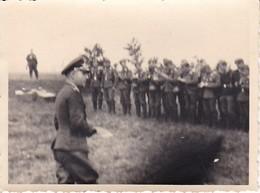 Foto Deutscher Offizier Mit Truppe  - 2. WK - 9*6cm  (39791) - Guerre, Militaire