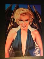 19891) MARILYN MONROE CON LA SAGRADA FAMILIA ALLE SPALLE FORMATO GRANDE - Donne Celebri