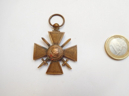 Belle Médaille ( No Pin's ), Armée Militaire , Croix De Guerre 14/18 - Armee