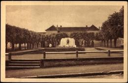 Cp Charolles Saône Et Loire, Vue Sur Place Du Monument - France
