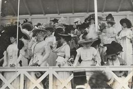 Photo Mode Viollet Tribune Des Dames Courses Trouville 1908 - Photos