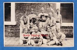 CPA Photo - Caserne à Situer - Beau Portrait De Soldat Avec Chaussure Spéciale à Identifier - Cordonnier ? Uniforme Shoe - Militaria