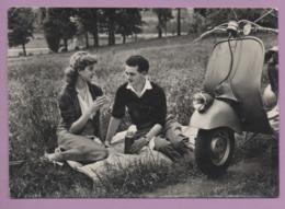 Coppia, Picnic Sull'erba Con Vespa - Motos