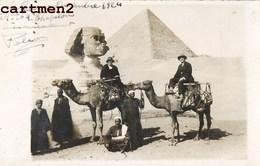 CARTE PHOTO : LE CAIRE EGYPTE GROUPE DE TOURISTES A DOS DE CHAMEAUX AU PIED DU SPHINX ET DE LA PYRAMIDE DE GIZEH EGYPT - Le Caire