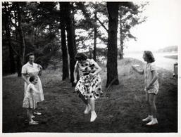 Photo Originale 2 Fillettes Faisant Sauter Leur Mère à La Corde à Sauté Tournante Sous L'Oeil De Leur Grand-Mère 1960's - Pin-up