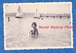 Photo Ancienne Snapshot - JUAN Les PINS - Portrait D'une Petite Fille Dans L'eau - Aout 1946 - Enfant Bateau Boat Port - Barcos