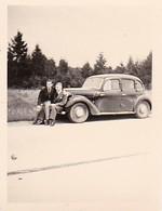 Foto 2 Junge Männer Mit Auto - Ca. 1940/50 - 4*2,8cm (39808) - Auto's