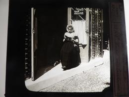 I62 - Plaque Photo - Positif - Exposition De Costumes Des Indes Néerlandaises - N° 27 - Diapositiva Su Vetro