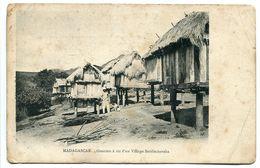 CPA Madagascar - Greniers à Riz D'un Village Betsimisaraka (animée) Etat Médiocre - Madagascar