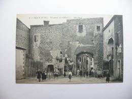 A465. CPA. 66. ELNE. (Pyrénées Orientale). La Porte Ac Collioure. Beau Plan Animé. Non écrite - Elne