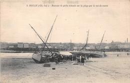 ¤¤  -  ROYAN   -  Bateaux De Pêche échoués Sur La Plage Par Le Raz-de-Marée   -  ¤¤ - Royan