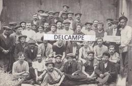 Groupe D'ouvriers Du Parti Communiste En Réunion Autour Du Journal '' L'Humanité '' Années 1920 - Carte Photo - Evènements
