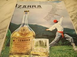 ANCIENNE PUBLICITE LE SOLEIL ET LA NEIGE DES PYRENEES LIQUEUR IZARRA 1965 - Alcools
