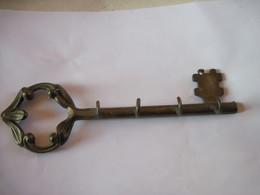 Clef En Bronze Avec Crochets Pour Support De Clés - Bronzes