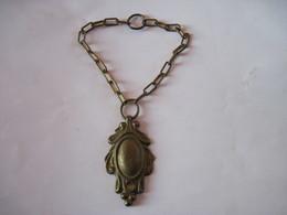 Petit Médaillon En Bronze Avec Chaine - Bronzes