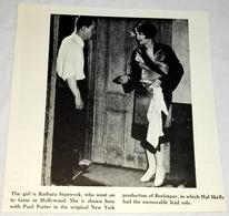 Antigua Fotografía Extraída De Libro De 1960 - Barbara Stanwyck, Paul Porter - 13x12,5cm - Personalidades Famosas