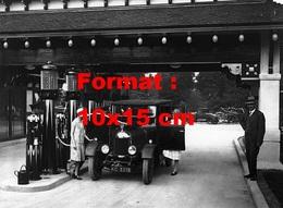 Reproduction D'une Photographie Ancienne De Deux Jeunes Femmes à Une Station Essence Pour Faire Le Plein De Carburant - Repro's