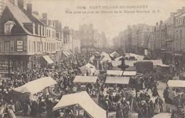 Saint-Hilaire-du-Harcouet.  Vue Prise Un Jour De Marché... - Saint Hilaire Du Harcouet