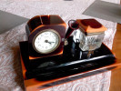 &ECLATS& ENCRIER VERRE + HORLOGE MEIKO + PORTE STYLO PLUME BAKELITE + REPOSE PLUME - - Clocks