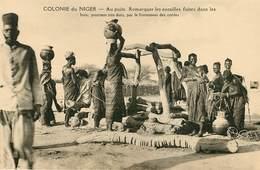 Afrique - Niger - Colonie Du Niger - Au Puits - Remarquer Les Entailles Faites Dans Les Bois - état - Niger