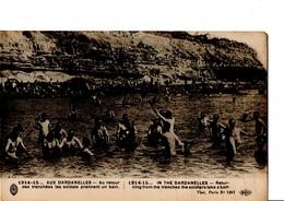 1914-15... AUX DARDANELLES - Au Retour Des Tranchées Les Soldats Prennent Un Bain. CPA En Bon état. Non Circulé. - Weltkrieg 1914-18