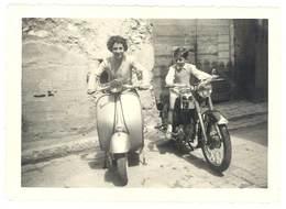 Photo Amateur Femme Sur Scooter Vespa & Enfant Sur Moto ( Aubagne 1959 ) - Photographs