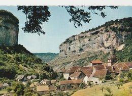 LA VALLEE DE BAUME-LES-MESSIEURS (39). Village Autour De Son Eglise. Environs De LONS-LE-SAUNIER - Baume-les-Messieurs