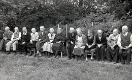 Photo Originale Portrait D'une Grande Brochette D'Anciens Alignés Sur Des Bancs Vers 1930/40 Par Paul Ihlenfeld - Personnes Anonymes