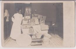 CARTE PHOTO : UNE INFIRMIERE OU FEMME DE LA CROIX ROUGE - VENTE DE CHARITE D'OBJETS EN OSIER - VANNERIE - 2 SCANS - - Cartes Postales