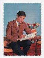 Jeune Homme Assis Lisant Un Livre (19-328) - Men