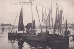 CPA / Concarneau (29) Sur La Digue  Bateaux Débarquant Leurs Sardines   Villard 213 Précurseur - Concarneau