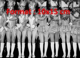 Reproduction D'une Photographie Ancienne De Majorettes En Présentation Au Carnaval De Munich En 1974 - Reproductions