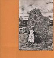 CPSM N°2479 QUIBERON TRINITE-SUR-MER Petite Fille En Costume Du Morbihan Devant Un Menhir - Quiberon