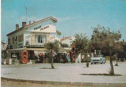"""HYERES-LES-PALMIERS (83). L' Ayguade. Librairie-Bazar """"Tout Plage"""". Etalage. Voiture Simca - Magasins"""