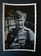 2. WK., Original Foto, Soldat Mit Orden, Reiterabzeichen + Bandspange - Dokumente