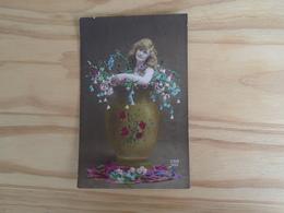 Carte De 1920 , Silhouette De Femme , Dans Un Vase Avec Des Fleurs - Silhouettes